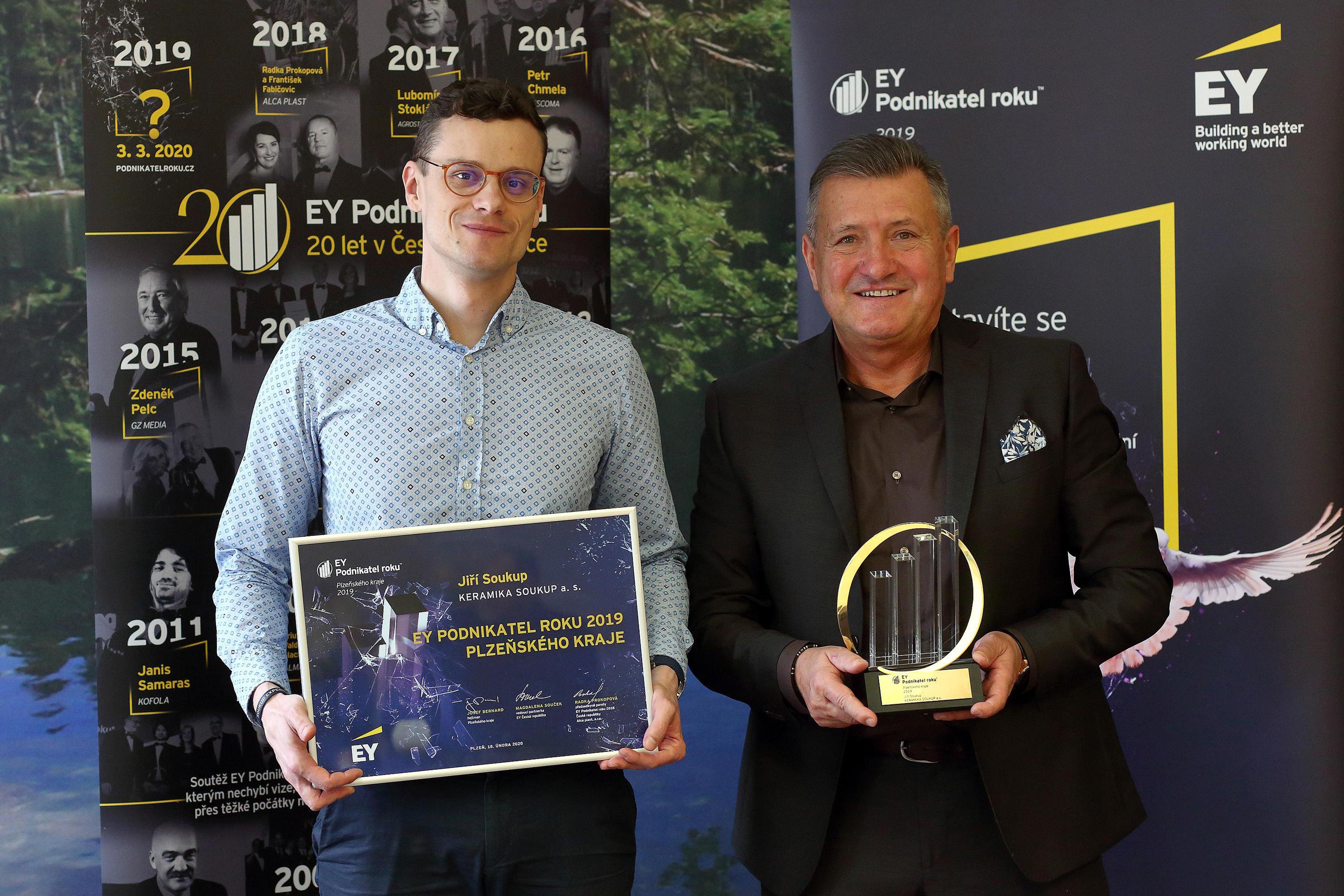 Zleva: Jiří Soukup mladší a Jiří Soukup (KERAMIKA SOUKUP, EY Podnikatel roku 2019 Plzeňského kraje)