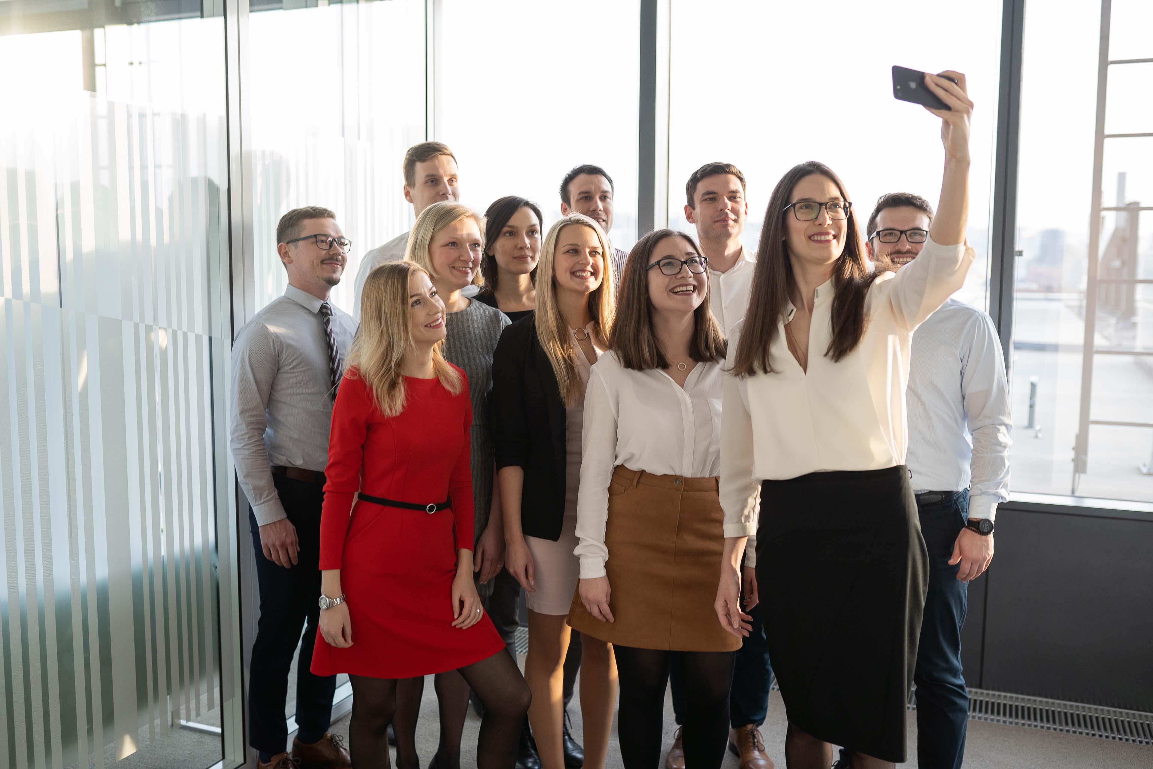 Různorodá skupina lidí drží obraz bubliny