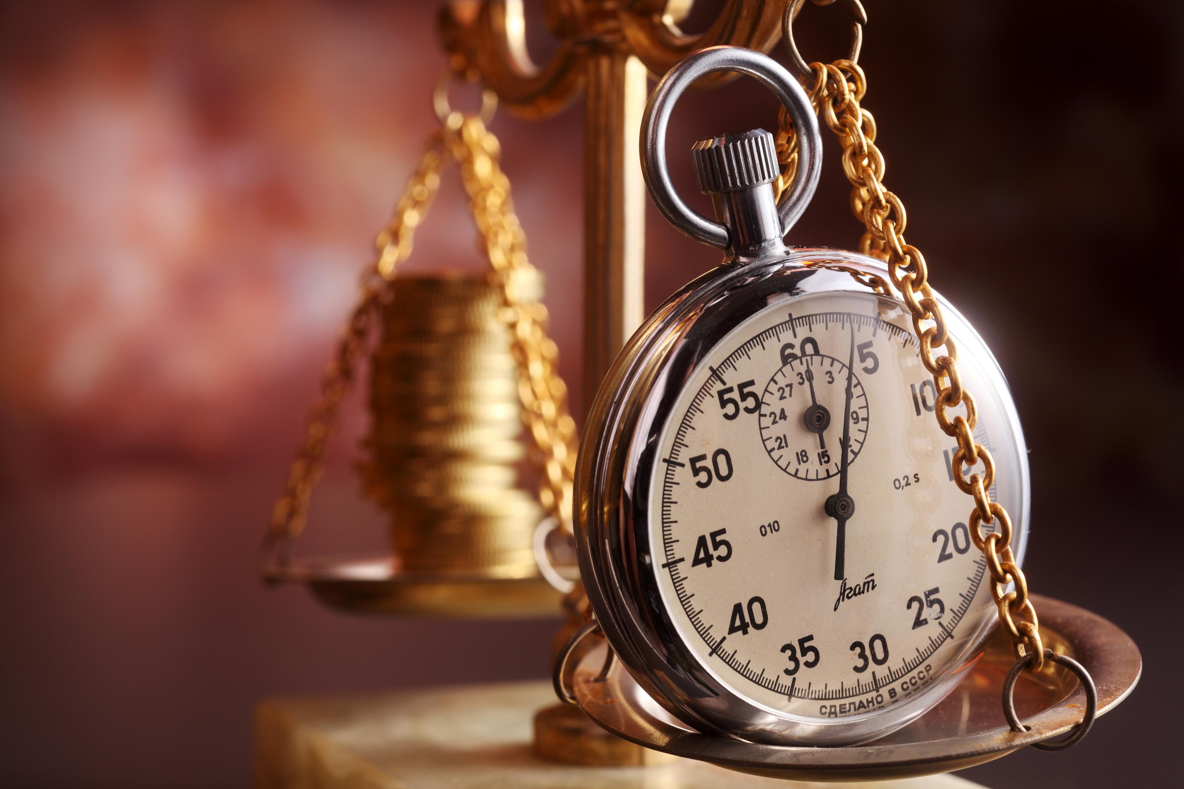watch-on-scales-with-coins Vláda schválila prodloužení mimořádného moratoria a dalších ochranných lhůt