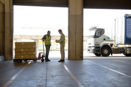 Paketbote beim Ausliefern von Ware