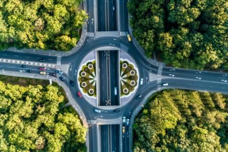 Kreisel mit Autos von oben