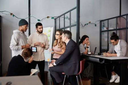 Eine Gruppe Menschen brainstormen im Office