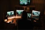 Cyberkrimineller vor Rechnern