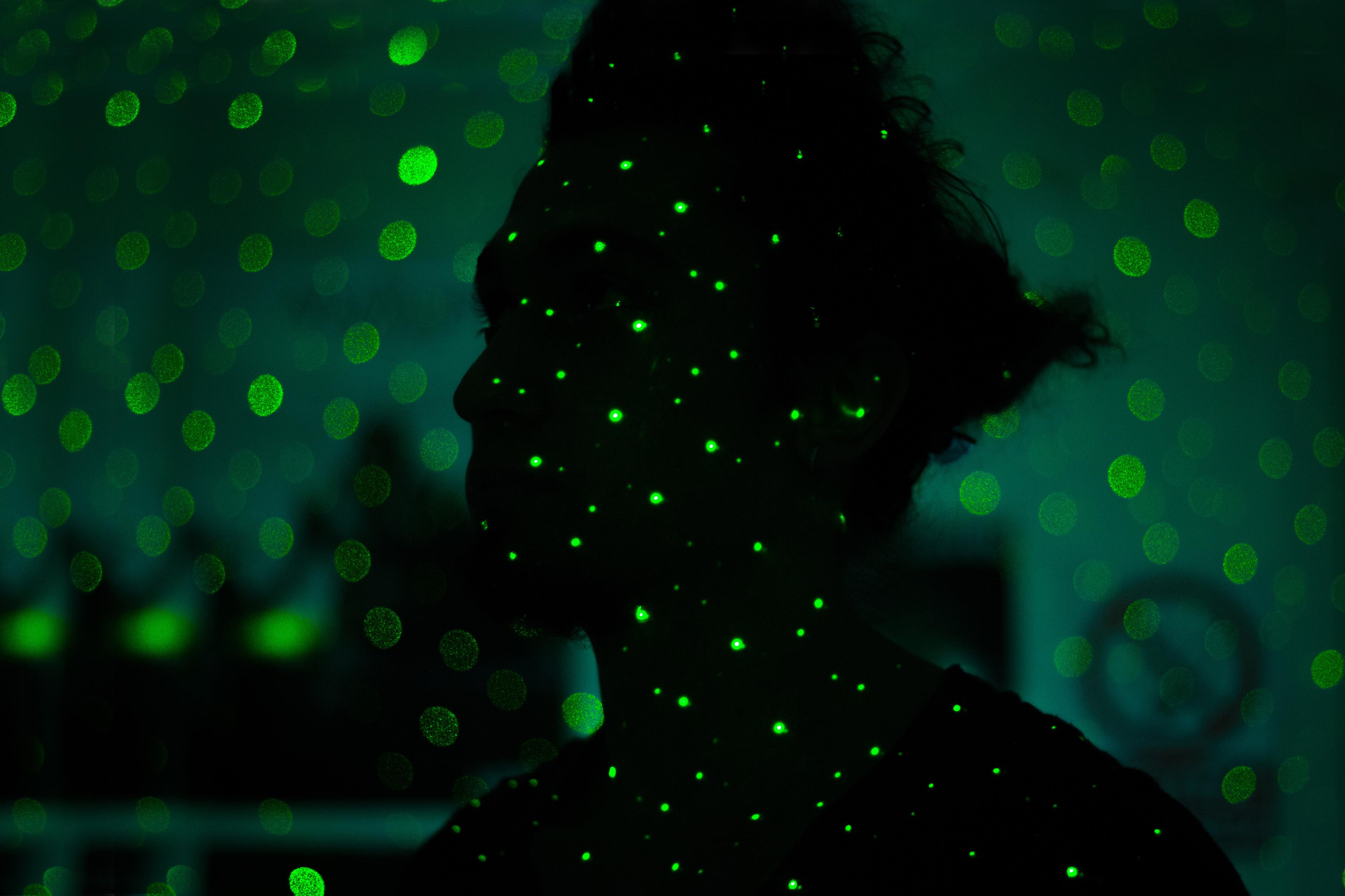 Silhouette einer Frau mit grünem Licht