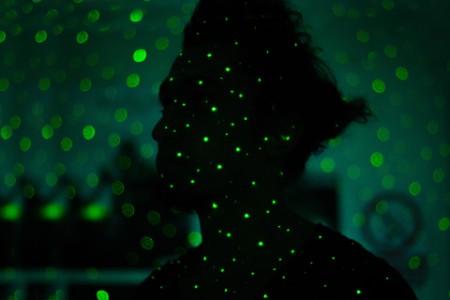 Silhouette einer Frau mit grünen Lichtern