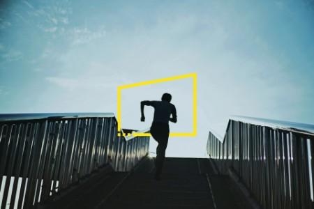 Person rennt Treppen hinauf