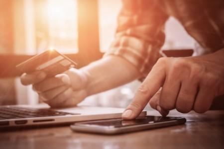 Mann tätigt Online Banking Geschäft