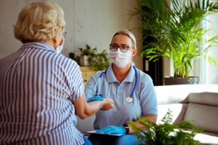 Pflegekraft misst den Puls