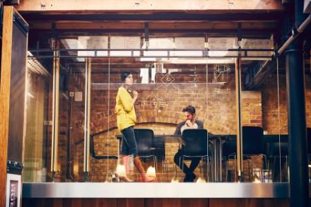 Frau und Mann im Coworking Space