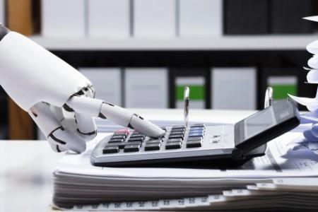 Ein Roboter, der einen Taschenrechner bedient