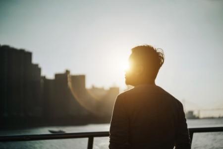 Silhouette von Mann bei Sonnenuntergang