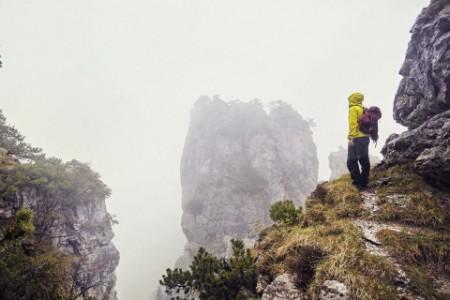 Mann beim Wandern in dem Bergen auf Felsen