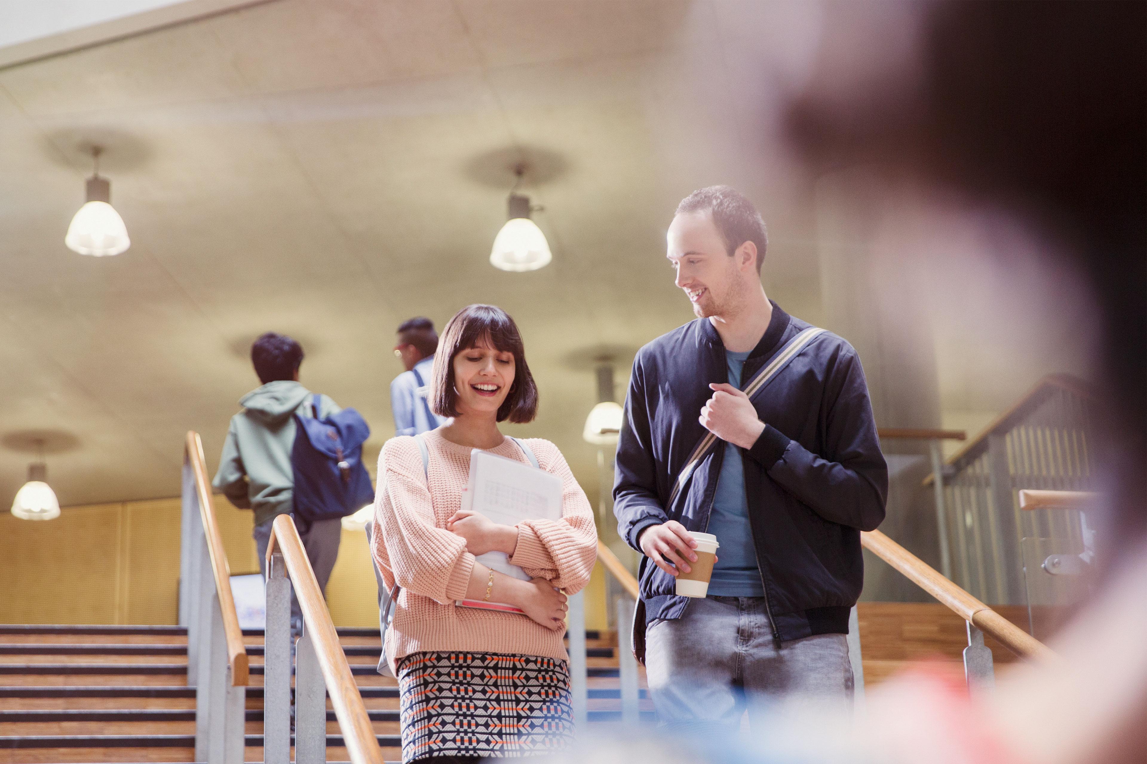 Zwei duale Studenten bei EY im Projekt