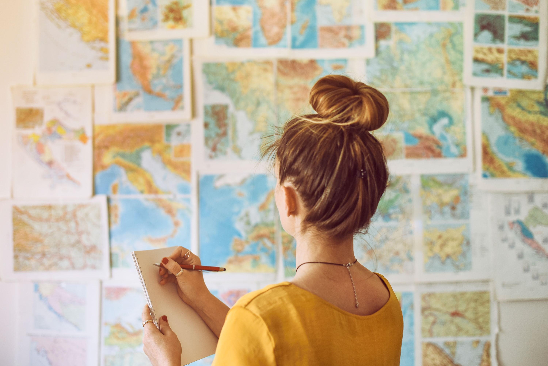 EY-Parthenon – Wachstumsstrategie – Frau vor Länderkarten