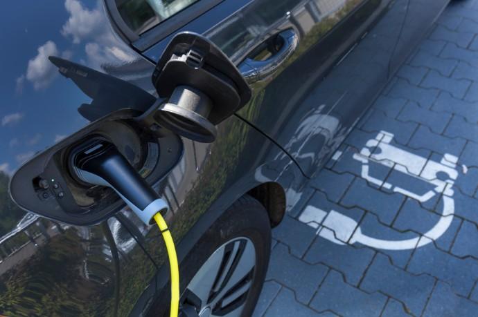 Deutsche Städte setzen voll auf Elektromobilität – Immobilienwirtschaft hingegen noch zögerlich