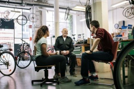 Fahrradtechniker bei einer Besprechung in der Werkstatt