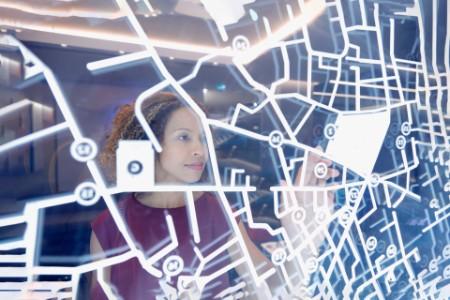 Frau benutzt digitalen Touch Monitor