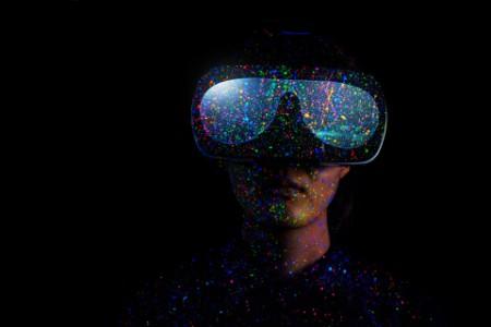 Mann mit VR Brille auf