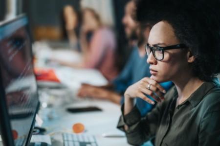 Frau Programmierer brainstroming vor einem Computer