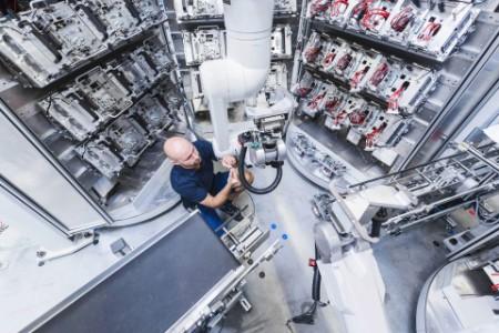 Arbeiter am Industrieroboter