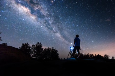 Mann vor der Milchstraße