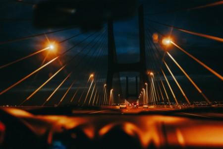Nachtansicht der Brücke