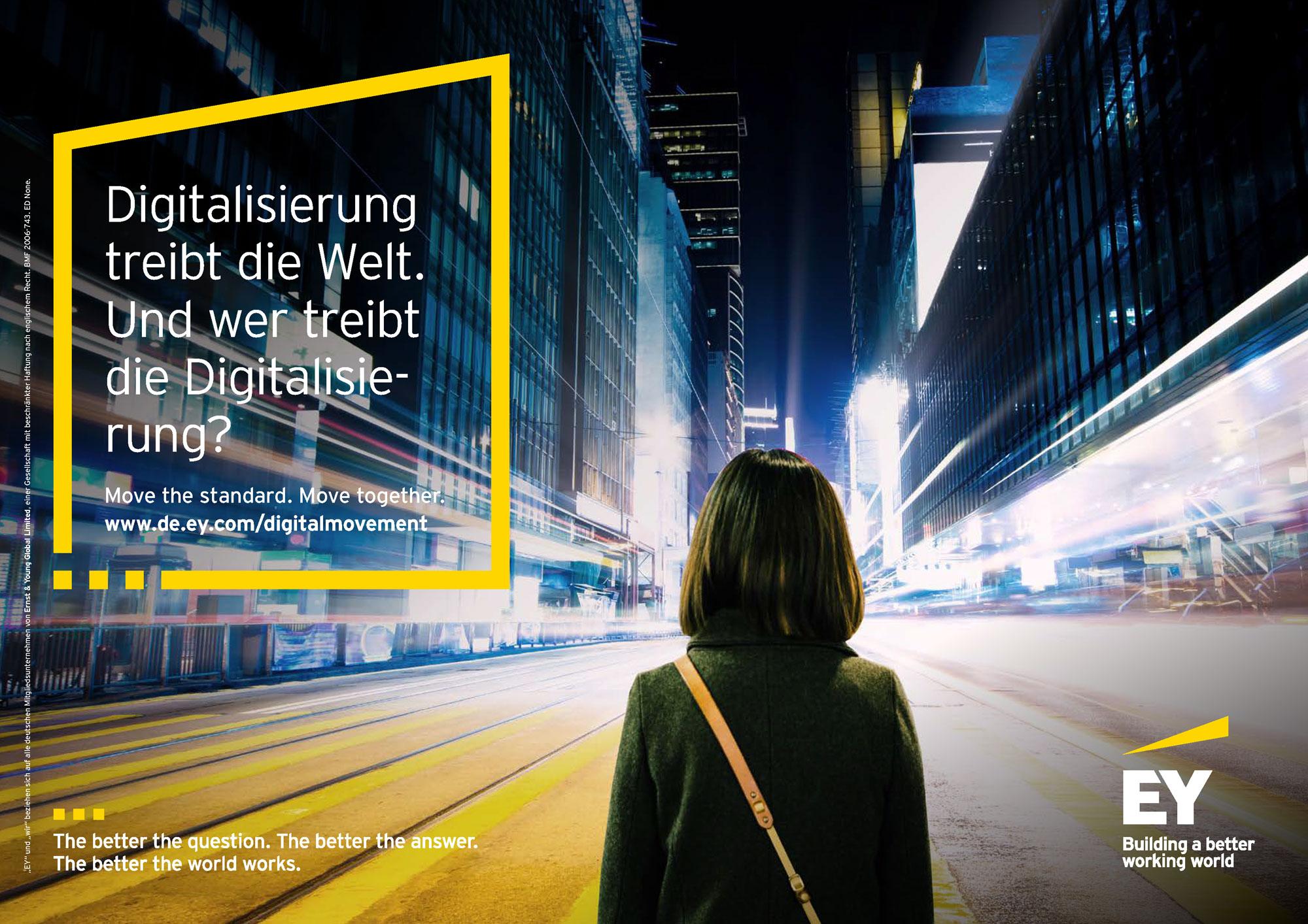 Digital-Karriere bei EY: Frau und Mann betrachten Objekt.