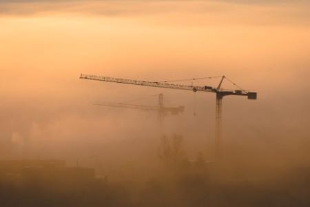 Industriekräne im Smog