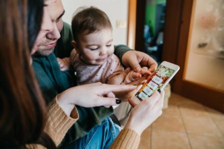 eine Familie beim Online-Einkauf mit einem Mobiltelefon