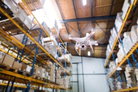 Drohne im Hochregallager