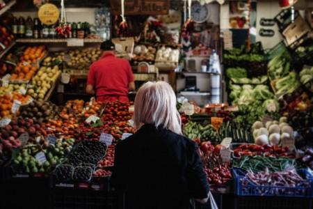 Rückenansicht einer Frau auf einem Markt