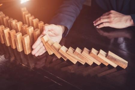 Holzblöcke fallen um und werden aufgefangen