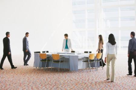 Geschäftsleute laufen in einen Meeting Raum