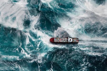 Frachtschiff auf stürmischer See