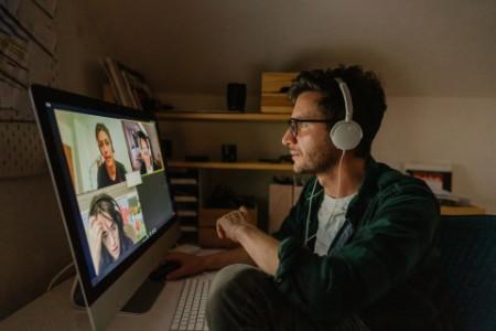 Mann von zuhause aus in einer Videokonferenz