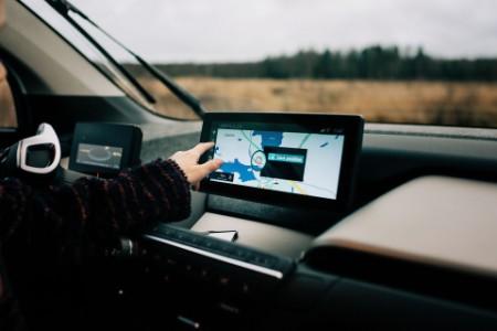 Kind bedient ein Navigationsgerät