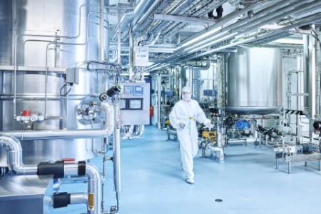 Laborant läuft durch eine Chemiefabrik