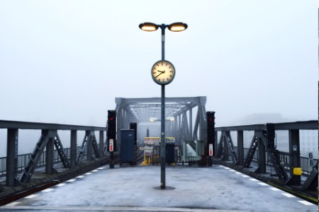 Eisenbahnbrücke bei regnerischem Wetter