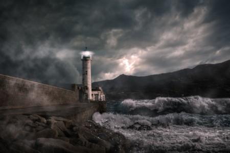Leuchtturm bei Unwetter und hohen Wellen