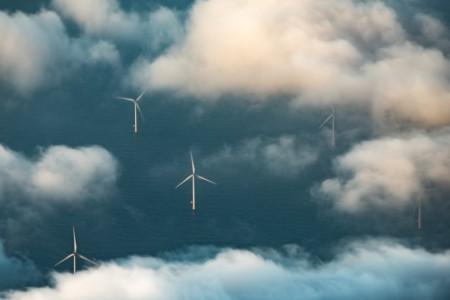 Windräder im Meer mit Sicht vn aus den Wolken