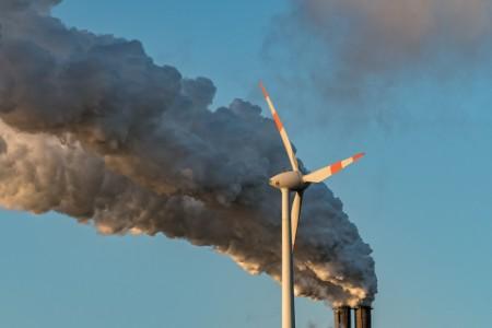 Windrad vor Kohlewolke