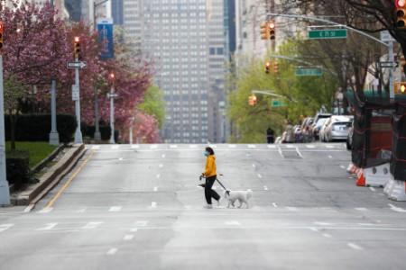 Frau überquert leere Straße in New York