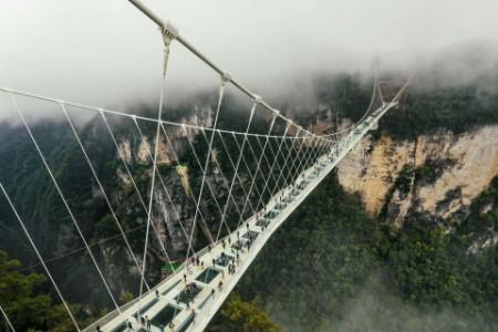 Ein Blick auf die Seilbrücke, die Berge verbindet
