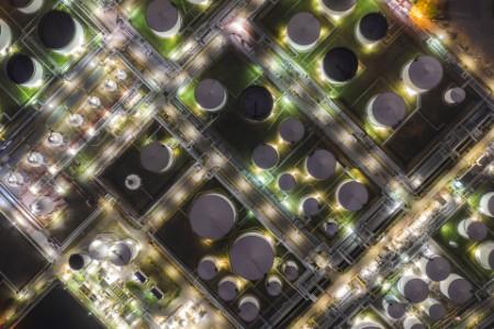 Luftaufnahme einer Ölterminal-Industrieanlage zur Lagerung von Öl und Petrochemikalien.