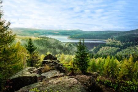Blick von den Felsen auf den Staudamm Flaje