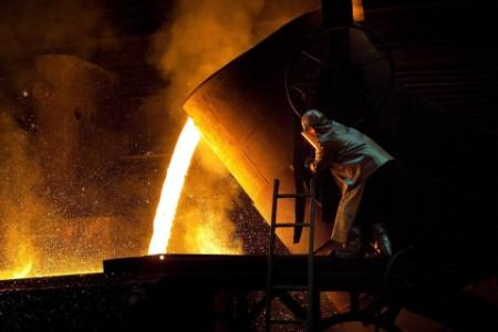 Mann in der Stahlproduktion