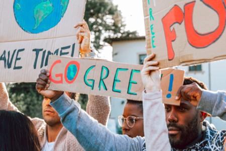 Junge Gruppe von Teenagern Aktivisten demonstrieren gegen die globale Erwärmung