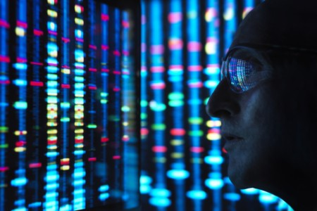 Forscher, der die DNA auf einem Bildschirm betrachtet.