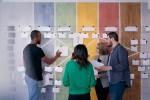 Geschäftsleute, die eine Teambesprechung hinter Glastüren abhalten