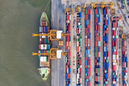 Kräne beladen Containerschiff